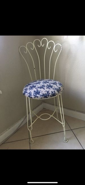 Antique chair. Shabby chic for Sale in Las Vegas, NV