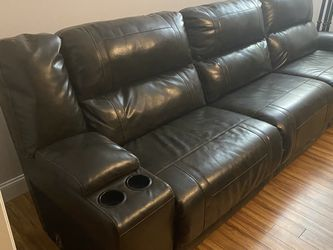 Living Room Couch Has Two Recliners One On Each End One Electric One Pull Cord for Sale in Reedsville,  WV