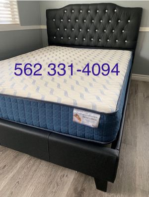 Queen Black tufted bed w Mattress Included for Sale in Fresno, CA