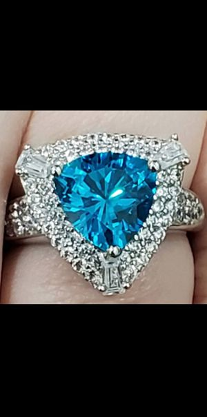 Brand New Bella Luce 5.94ctw Trillion Apatite Simulant and Round Diamond Simulant .925 Sterling Silver Ring. Size 6. for Sale in Mesa, AZ