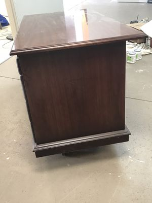Solid wood desk in great condition in Taylors. for Sale in Taylors, SC