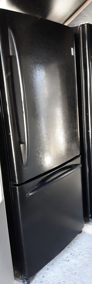 GE TOP AND BOTTOM FREEZER BLACK REFRIGERATOR for Sale in Alta Loma, CA