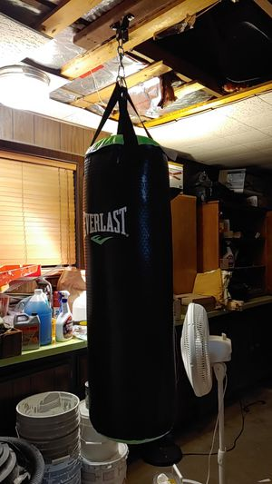 Everlast 70 lb Punching bag with Kit for Sale in Tacoma, WA