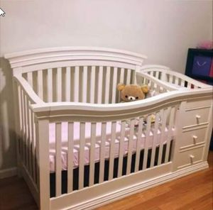 Sorelle Verona 4-in-1 Convertible Crib and changing table combo, French White for Sale in Danville, CA