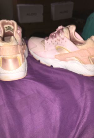 Nike light pink huaraches for Sale in St. Louis, MO