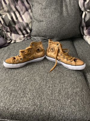 Ladies size 6 converse All-Stars for Sale in Columbus, OH