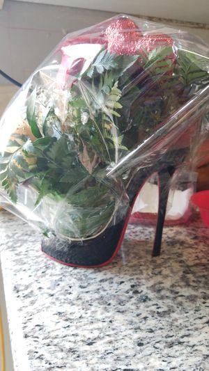 Hermoso arreglo Rosa's frescas con ferrero en una zapatilla de ceramica$15 for Sale in Las Vegas, NV