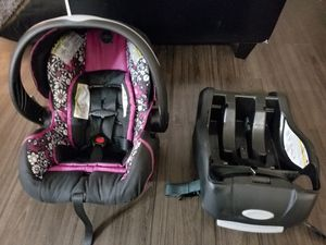 Enenflo infant car seat w/ base for Sale in Alexandria, VA
