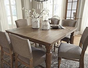Dining room table for Sale in Tinton Falls, NJ