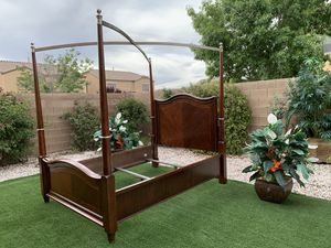 BEAUTIFUL QUEEN CANOPY BED FRAME- HEAVY WOOD ( FREE DELIVERY 🚚 FIRM PRICE $400 ) GREAT CONDITION 👌🏻🥰 for Sale in Las Vegas, NV