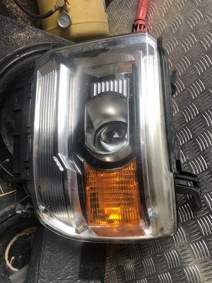 2015 GMC SIEERA RIGHT HEAD LIGHT DRIVER SIDE for Sale in Miami, FL