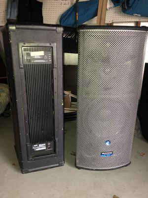 Mackie 3 way powered speakers 1300 watt each with independent volumn control for Sale in MONTGOMRY VLG, MD