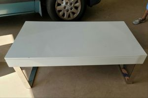 43Lx24wx16h white laquer coffee table W/lift up storage naples for Sale in Naples, FL