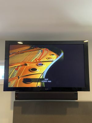 "Pioneer Elite Kuro Signature 60"" Plasma TV and wall mount bracket for Sale in Long Beach, CA"
