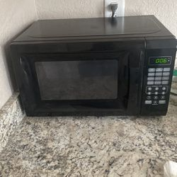 700 W Microwave for Sale in Tallahassee,  FL
