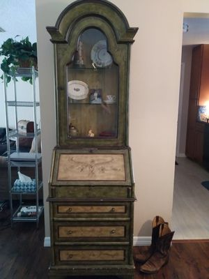 Green and tan Light up hutch for Sale in Deltona, FL
