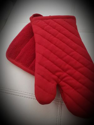 ROOM ESSENTIALS (Target) Oven Mitt & Pot Holder Set - Red - NWT for Sale in Louisville, KY