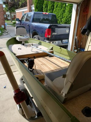 14ft aluminum boat with mud motor for Sale in Trenton, MI