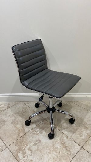 Gray office chair for Sale in Palm Beach Gardens, FL