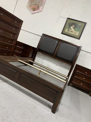 Beautiful solid wood queen size bedroom set in excellent condition like new ! for Sale in Plantation, FL