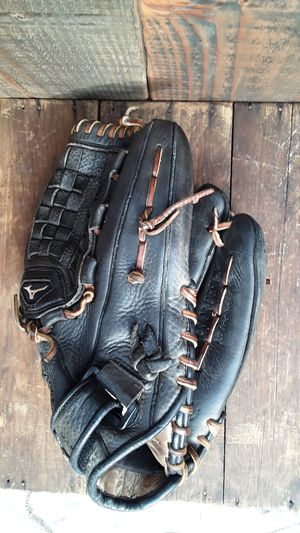 Women's 13 in softball glove for Sale in Sumner, WA