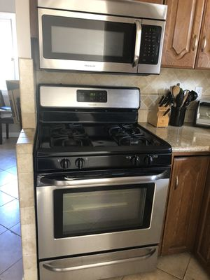 Moving! Gas oven and microwave for Sale in Pasadena, CA
