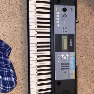 Yamaha PSR E233 Keyboard W/ stand and beginners book for Sale in Fort Walton Beach, FL