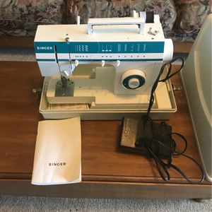 Singer Sewing Machine for Sale in Moreno Valley, CA