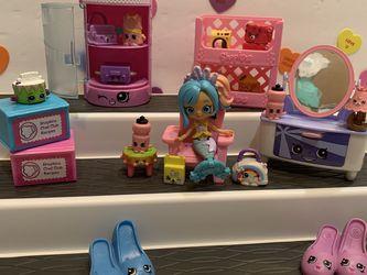 SHOPKINS PLAYSET!! 18 Shopkins! Doll, Dresser W/ Mirror , Baskets & Shelf For Essentials! Chair ! for Sale in Modesto,  CA
