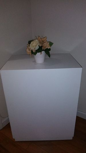 White end table for Sale in Pembroke Pines, FL