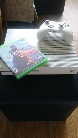 Xbox One a EC only 8 months old comes with one controller and one game battlefield v for Sale in Peoria, IL
