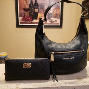 Michael KORS Leather Handbag & Matching Wallet EUC for Sale in Glendale, AZ