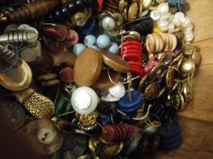 20# of vintage,antique buttuns bakelite glass metal military. Abolone huge collection for Sale in Everett, WA