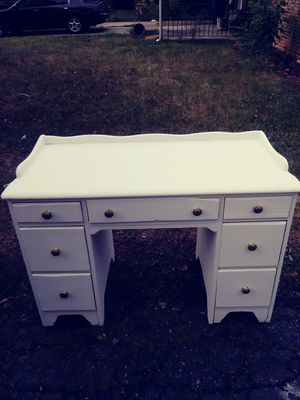 Cute solid wood desk for Sale in Columbus, OH