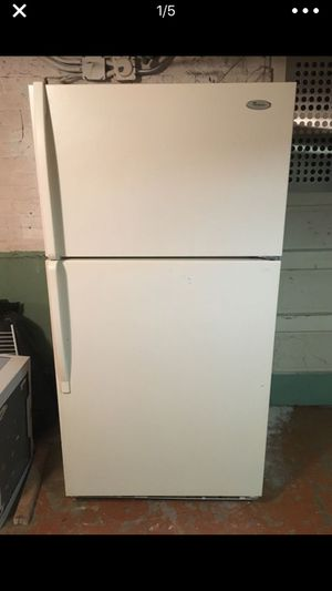 Working refrigerator whirlpool for Sale in Chicago, IL