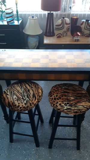 Accent table with 2 bar stools for Sale in Tampa, FL