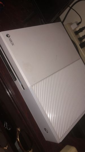 white xbox one with white controller and battery charger for Sale in Gainesville, VA