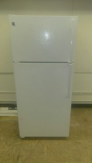 GE White Top & Bottom Refrigerator for Sale in St. Louis, MO