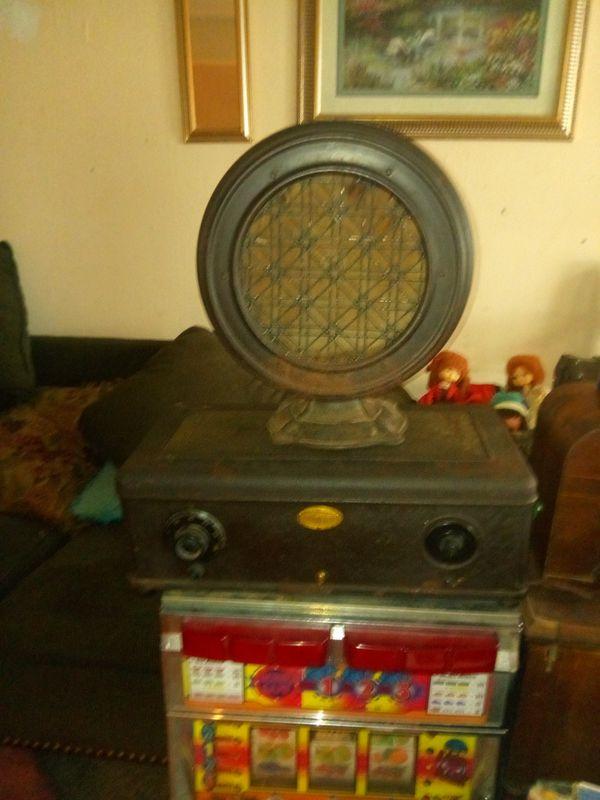 Vintage Atwood Kent speaker and radio