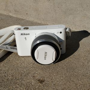 Nikon J1 Camera And Lens 10-30mm White *For Parts* for Sale in Brookfield, IL