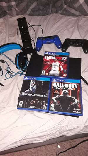 Ps4 with 2 controllers headphone 3 games and a charger for Sale in Las Vegas, NV