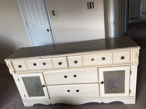 Dresser with Vanity mirror for Sale in Columbus, OH