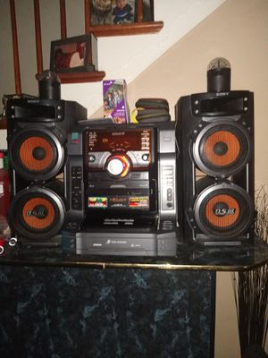 Like New Bass stereo system with 5 CD,. Disc for Sale in Swansea, IL
