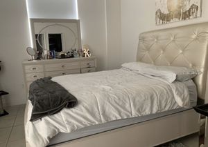Queen bed frame with dresser (mattress not included) for Sale in Miami, FL
