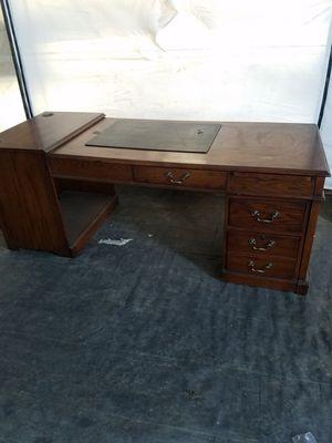 Mueble para conputadora muy buena maderaa, en muy buen estado for Sale in Salinas, CA