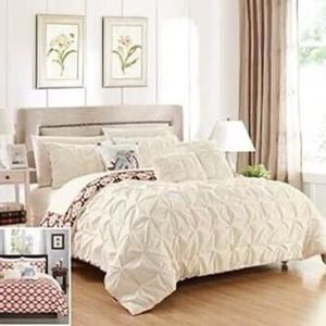**New** Chic Home Yabin 8 Piece Reversible Bed in a Bag Comforter Set - TWIN for Sale in North Las Vegas, NV