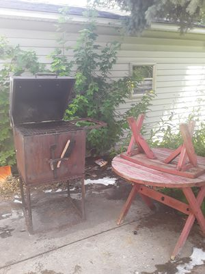 Used grill and pic nice table for Sale in Milwaukee, WI