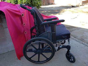 Silla de ruedas grande, facil de mover, se donbla hacuacatras, no tiene paeacrecargar los pies, el forro es viejo por el uso normal for Sale in Perris, CA