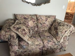 FREE LOVE SEAT LIKE NEW PICKUP MARLBORO for Sale in Marlboro Township, NJ
