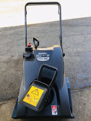 "Yard machines snowblower start at first pull 21"" excellent condition 4 cycle for Sale in Downers Grove, IL"